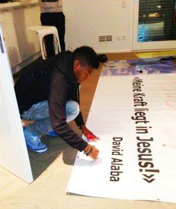 Alaba signiert das Transparent der Pfarre Mautern